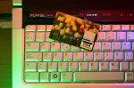 karta kredytowa leżąca na klawiaturze